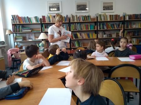 Klasa 1b w bibliotece szkolnej